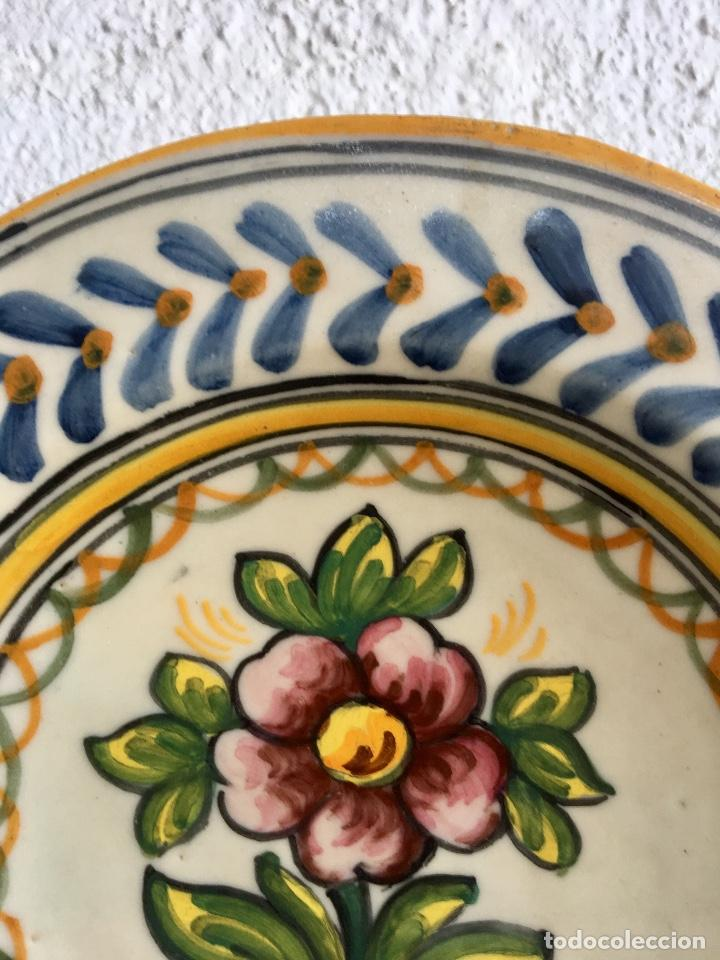 Antigüedades: Plato 1970 ceramica Talavera MAVE ( trabajadores Ruiz de luna) motivos florales relieves 25,5 - Foto 9 - 89057584