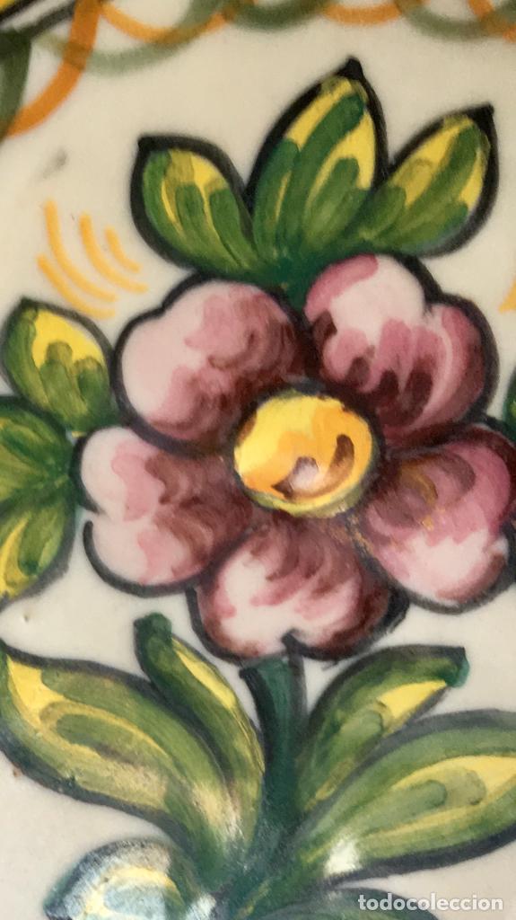 Antigüedades: Plato 1970 ceramica Talavera MAVE ( trabajadores Ruiz de luna) motivos florales relieves 25,5 - Foto 12 - 89057584