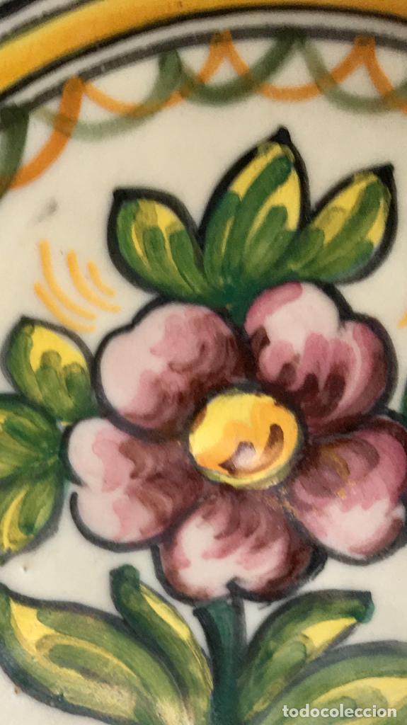 Antigüedades: Plato 1970 ceramica Talavera MAVE ( trabajadores Ruiz de luna) motivos florales relieves 25,5 - Foto 14 - 89057584