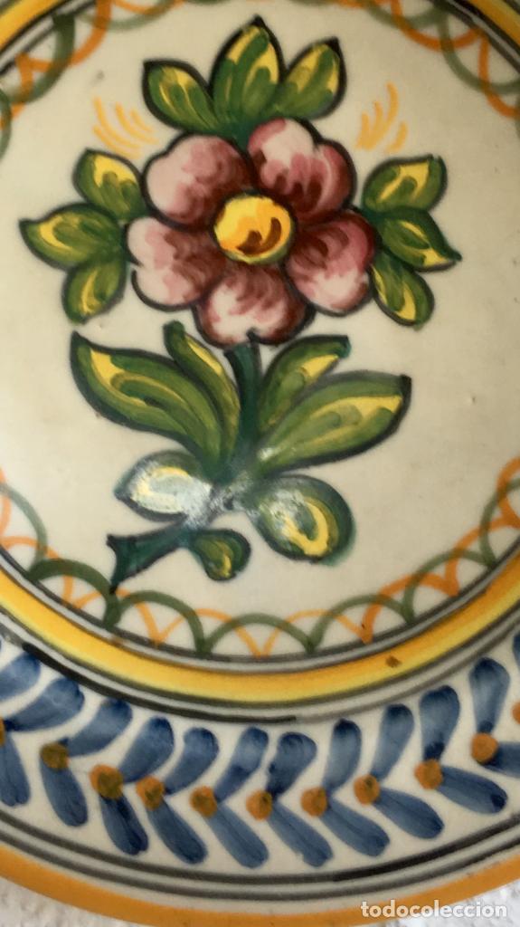 Antigüedades: Plato 1970 ceramica Talavera MAVE ( trabajadores Ruiz de luna) motivos florales relieves 25,5 - Foto 15 - 89057584