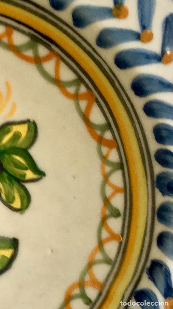 Antigüedades: Plato 1970 ceramica Talavera MAVE ( trabajadores Ruiz de luna) motivos florales relieves 25,5 - Foto 16 - 89057584