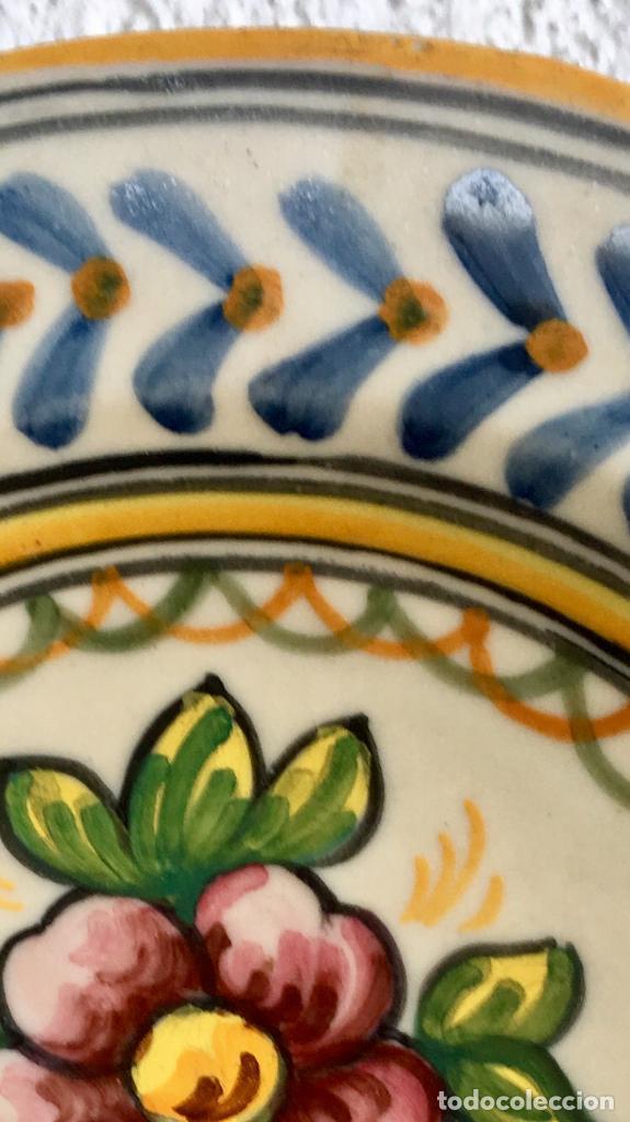Antigüedades: Plato 1970 ceramica Talavera MAVE ( trabajadores Ruiz de luna) motivos florales relieves 25,5 - Foto 18 - 89057584