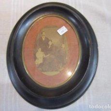 Antigüedades: ANTIGUO MARCO OVALADO DE MADERA, CON FOTOGRAFÍA. 27 X 22 CMS. INTERIOR: 13 X 17 CMS.. Lote 89057908