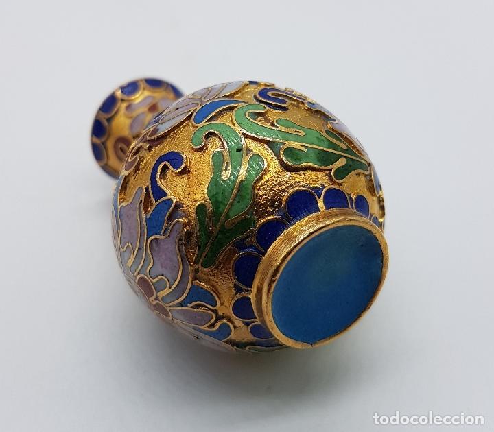 Antigüedades: Pequeño jarroncito antiguo de latón sobredorado con esmaltes cloisonné. - Foto 6 - 185688385