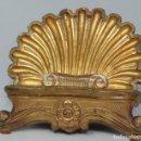 Antigüedades: ANTIGUO ATRIL DE MADERA EN PAN DE ORO EN FORMA DE CONCHA O VENERA. SIGLO XVIII. Lote 89214536