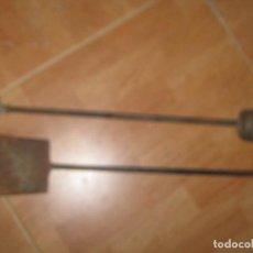 Antigüedades: ANTIGUOS MORILLOS HIERRO FORJADO Y BRONCE PARA CHIMENEA ANTIGUA. Lote 89252496