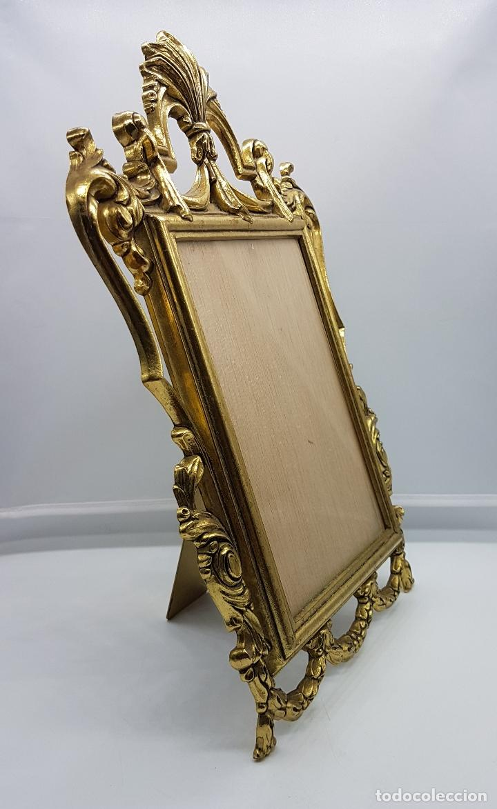 Antigüedades: Impresionante marco antiguo de estilo victoriano en metal dorado bellamente cincelado . - Foto 2 - 89263216