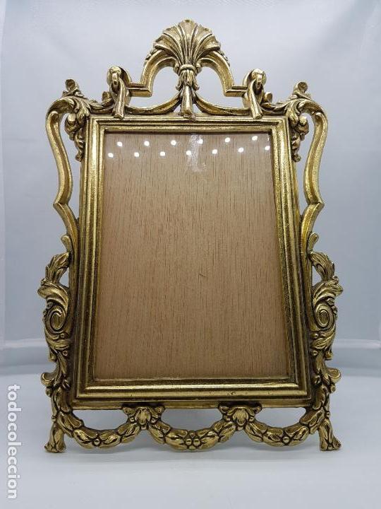 Antigüedades: Impresionante marco antiguo de estilo victoriano en metal dorado bellamente cincelado . - Foto 5 - 89263216