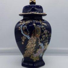Antigüedades: BELLO TIBOR JAPONÉS ANTIGUO EN PORCELANA AZUL COBALTO ESTILO SATSUMA CON PAVOS REALES EN ORO DE LEY.. Lote 89268140