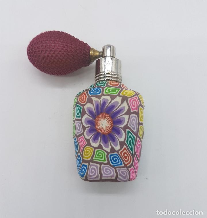 Antigüedades: Original perfumero vintage en cristal recubierto de caucho con motivos florales tipo millefiori . - Foto 5 - 89299992