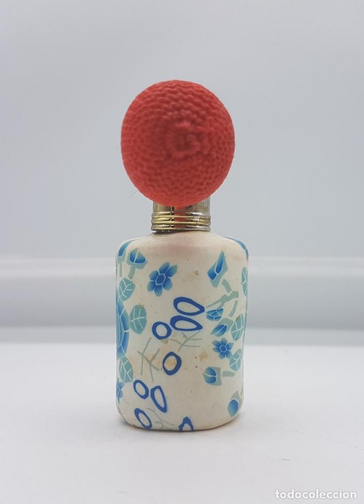 Antigüedades: Original perfumero vintage en cristal recubierto de caucho con motivos florales tipo millefiori . - Foto 2 - 89300320