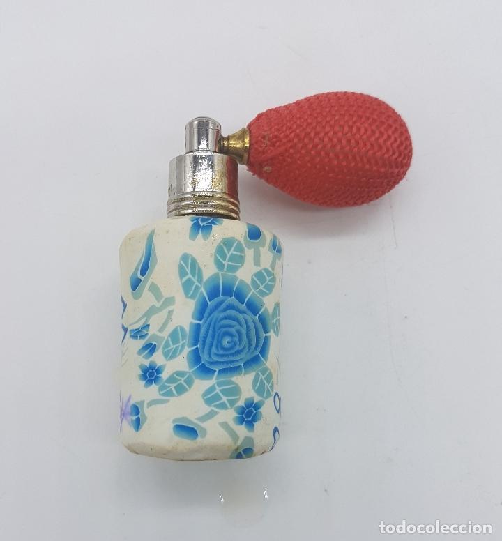 Antigüedades: Original perfumero vintage en cristal recubierto de caucho con motivos florales tipo millefiori . - Foto 5 - 89300320