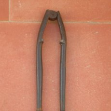 Antigüedades: ANTIGUO CASCAPIÑONES DE FORJA.TAMAÑO: 11,50 CTMS.. Lote 89340740
