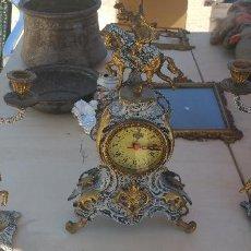 Antigüedades: ANTIGUO CONJUNTO DE RELOJ DE MESA CON CANDELABOS DE BRONCE CON FIGURAS. Lote 89352120