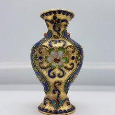 Antigüedades: JARRÓN ANTIGUO CHINO EN BRONCE Y ESMALTES CLOISONNÉ CON CABUJONES COLOR AMBAR Y TURQUESA .. Lote 89445720