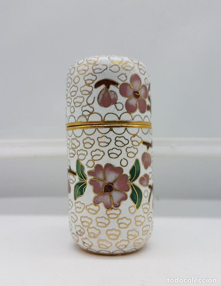 BELLO COFRE CILINDRICO CHINO EN BRONCE CON ESMALTES CERÁMICOS CLOISONNÉ, MOTIVOS DE FLOR DE CEREZO . (Antigüedades - Porcelanas y Cerámicas - China)