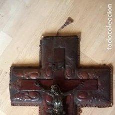 Antigüedades: CRISTO EN LA CRUZ CRUCIFIJO CUERO REPUJADO. Lote 64303039