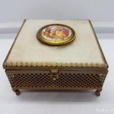 Antigüedades: ANTIGUO JOYERO EN SÍMIL DE NACAR, LATÓN Y MEDALLÓN PORCELANA FRAGONARD ESPEJO Y TERCIOPELO INTERIOR.. Lote 89505364