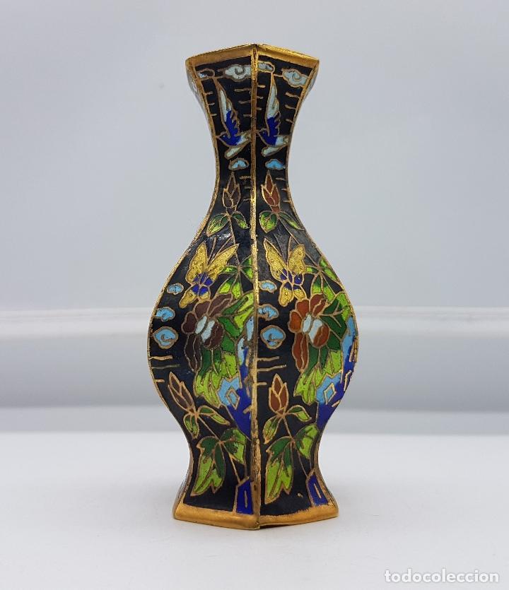 Antigüedades: Pequeño jarroncito antiguo de latón con esmaltes cerámicos cloisonné chino. Mariposas en el jardin. - Foto 2 - 89541152