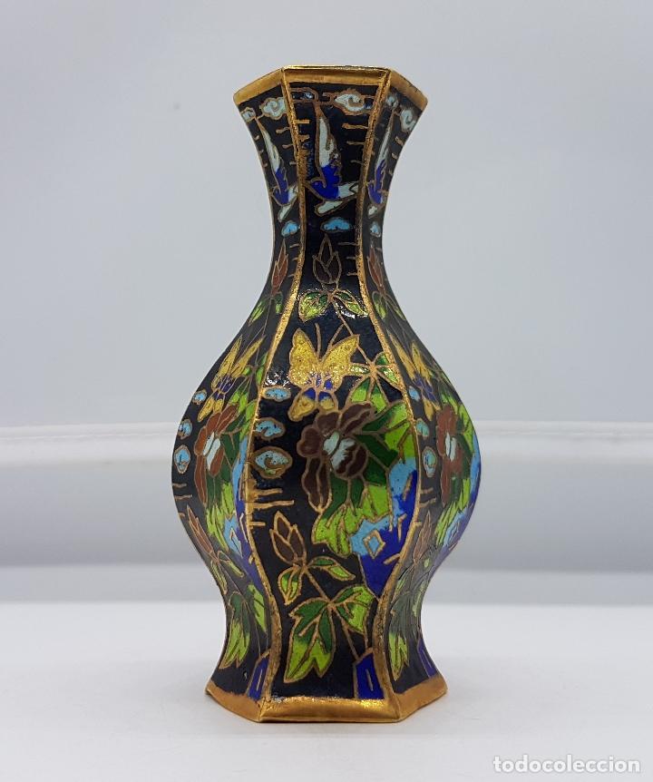 Antigüedades: Pequeño jarroncito antiguo de latón con esmaltes cerámicos cloisonné chino. Mariposas en el jardin. - Foto 3 - 89541152