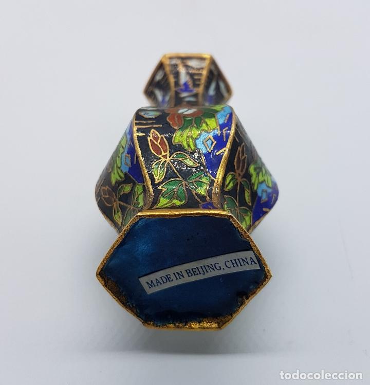 Antigüedades: Pequeño jarroncito antiguo de latón con esmaltes cerámicos cloisonné chino. Mariposas en el jardin. - Foto 5 - 89541152