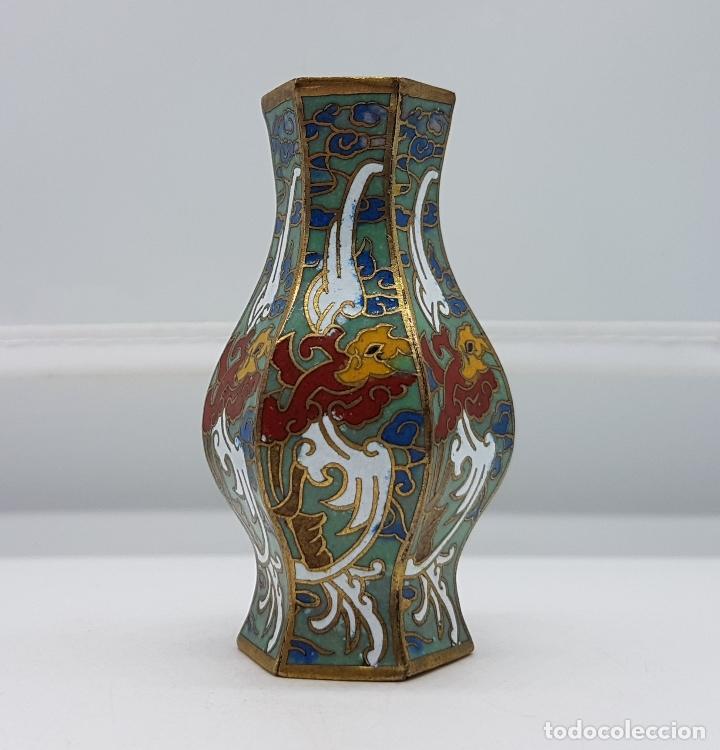 Antigüedades: Pequeño jarroncito antiguo de latón con esmaltes cerámicos cloisonné chino. - Foto 3 - 89541224
