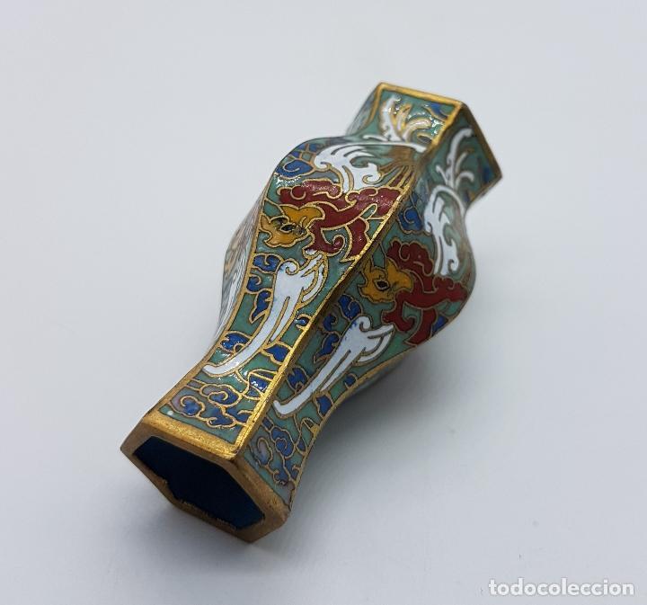 Antigüedades: Pequeño jarroncito antiguo de latón con esmaltes cerámicos cloisonné chino. - Foto 4 - 89541224