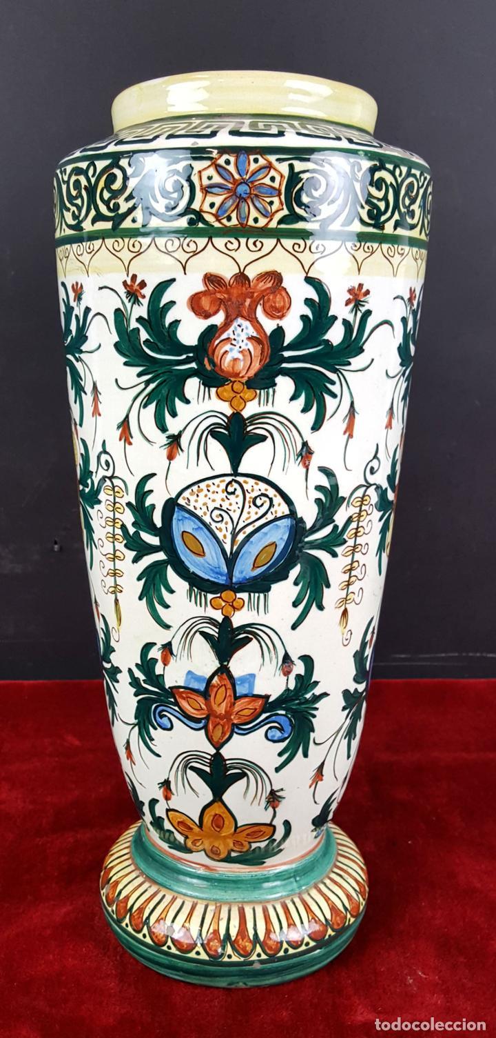 JARRÓN EN CERÁMICA ESMALTADA. MOTIVOS FLORALES. PINTADO A MANO. CIRCA 1960. (Antigüedades - Hogar y Decoración - Jarrones Antiguos)
