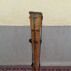Antigüedades: MACETERO DECORATIVO DE METAL Y MIMBRE, PEDESTAL MACETERO ANTIGUO RETRO VINTAGE. Lote 89614732