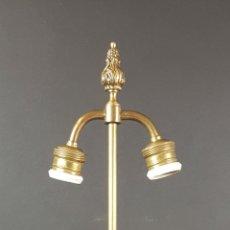 Antigüedades: LAMPARA DE SOBREMESA EN PORCELANA ESMALTADA Y LATÓN. MOTIVOS FLORALES. SIGLO XX. . Lote 89713596
