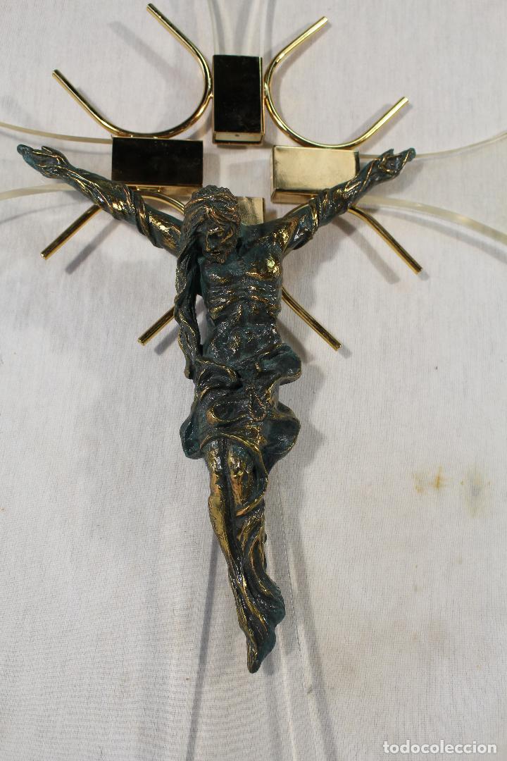CRISTO EN LA CRUZ EN METACRILATO Y RESINA - BRONCE (Antigüedades - Religiosas - Crucifijos Antiguos)