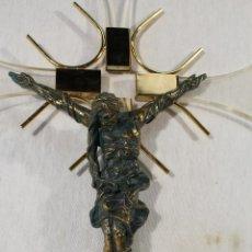 Antigüedades: CRISTO EN LA CRUZ EN METACRILATO Y RESINA - BRONCE. Lote 89800556