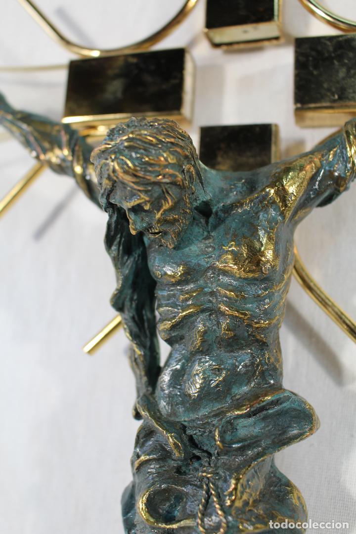 Antigüedades: cristo en la cruz en metacrilato y resina - bronce - Foto 3 - 89800556