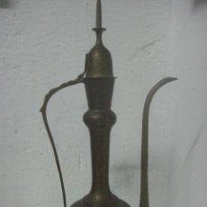 Antigüedades: PRECIOSO AGUAMANIL DE ORIGEN ARABE COMPLETO LABRADO Y CINCELADO EN BRONCE, AÑO 1900. Lote 89831268