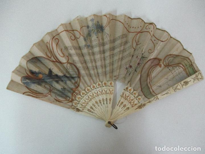 ANTIGUO ABANICO - VARILLAJE HUESO, MARFIL - PAÍS DE SEDA - CON PARTITURA - PINTADO A MANO - S. XIX (Antigüedades - Moda - Abanicos Antiguos)