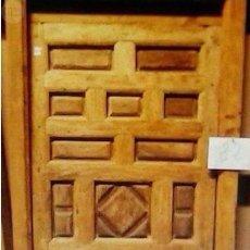 Antigüedades: PUERTA ANTIGUA DE CUARTERONES CON MARCO. Lote 89866708