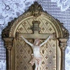 Antigüedades: ALTAR CRISTO CRUCIFICADO DE CHAPA, EL CRUCIFIJO PARECE DE PASTA, MEDIDAS 22 X 15 CM. Lote 89891780