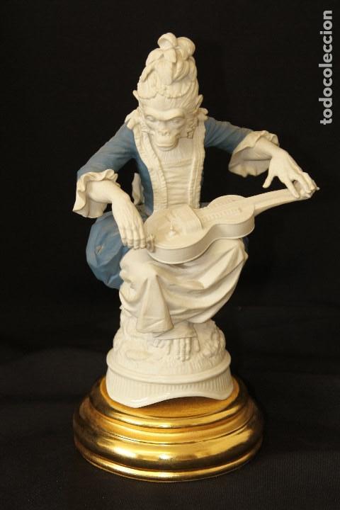 AUTÉNTICA PORCELANA ALGORA DOCUMENTADA. BISCUIT MONITA CON ZANFOÑA. PIEZA RARA EN PERFECTO ESTADO. (Antigüedades - Porcelanas y Cerámicas - Algora)