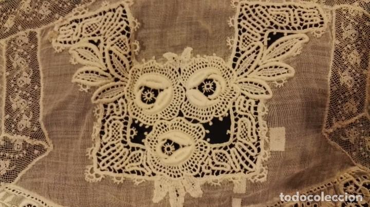 Antigüedades: Antiguo manton peinador con guipur y aplicaciones de bordado bobine y encaje de bolillos - Foto 3 - 90183520