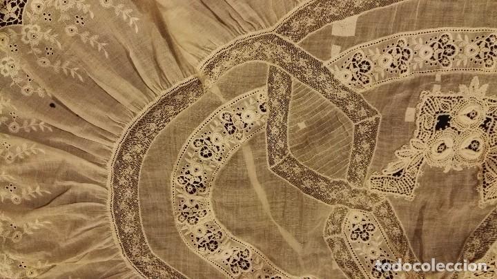 Antigüedades: Antiguo manton peinador con guipur y aplicaciones de bordado bobine y encaje de bolillos - Foto 6 - 90183520