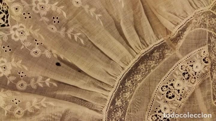 Antigüedades: Antiguo manton peinador con guipur y aplicaciones de bordado bobine y encaje de bolillos - Foto 7 - 90183520