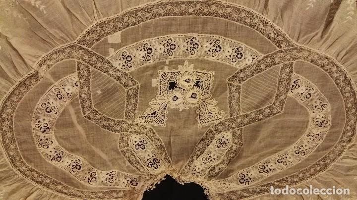 Antigüedades: Antiguo manton peinador con guipur y aplicaciones de bordado bobine y encaje de bolillos - Foto 8 - 90183520