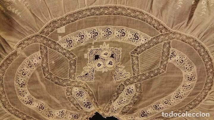 Antigüedades: Antiguo manton peinador con guipur y aplicaciones de bordado bobine y encaje de bolillos - Foto 9 - 90183520