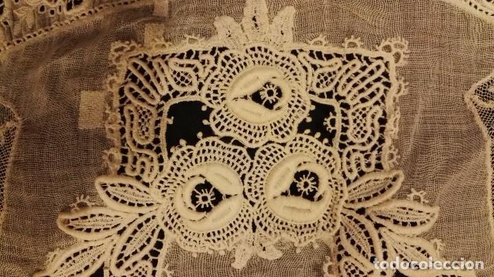 Antigüedades: Antiguo manton peinador con guipur y aplicaciones de bordado bobine y encaje de bolillos - Foto 10 - 90183520