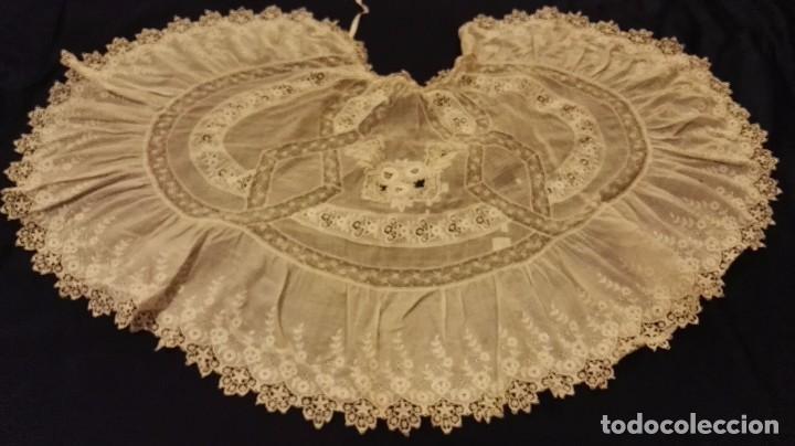 Antigüedades: Antiguo manton peinador con guipur y aplicaciones de bordado bobine y encaje de bolillos - Foto 11 - 90183520