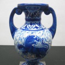 Antigüedades: BELLO JARRÓN ANFORA DE CERÁMICA TALAVERA DECORADO EN AZUL COBALTO. Lote 90218524
