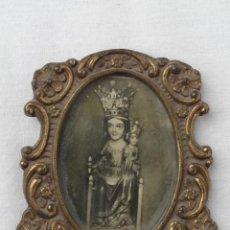 Antigüedades: PEQUEÑO PORTAFOTOS MARCO DE METAL DORADO CON LÁMINA DE LA VIRGEN.. Lote 90260280