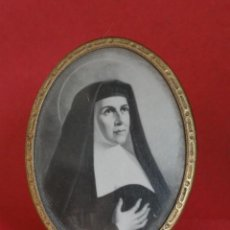 Antigüedades: PEQUEÑO PORTAFOTOS MARCO DE METAL DORADO CON LÁMINA STA. TERESA DE ÁVILA... Lote 90261324