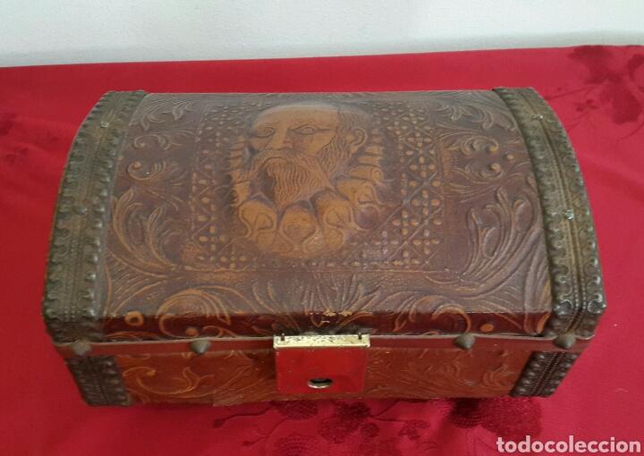 COFRE CAJA MUSICAL FORRADO DE PIEL REPUJADA CON CARA DE CERVANTES (Antigüedades - Hogar y Decoración - Cajas Antiguas)