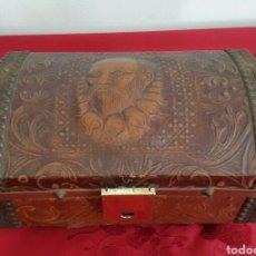 Antigüedades: COFRE CAJA MUSICAL FORRADO DE PIEL REPUJADA CON CARA DE CERVANTES. Lote 90295556